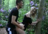 studente violette afgepaald in de bosjes